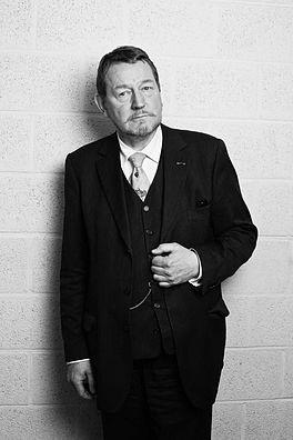 Jean Pierre Rawie is een Nederlands dichter en vertaler die al sinds 1970 in Groningen woont en werkt.  Met Annie M.G. Schmidt, Nel Benschop en Toon Hermans behoort hij tot de best verkopende dichters van Nederland.    In september verschijnt na jaren een nieuwe bundel van de dichter. Centraal thema is het voorbijgaan van de tijd.