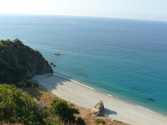 Den let skjulte Las Calas del Pino ved #Maro, #Nerja. Det er en stejl gåtur til og fra stranden, så den er sjældent overfyldt!