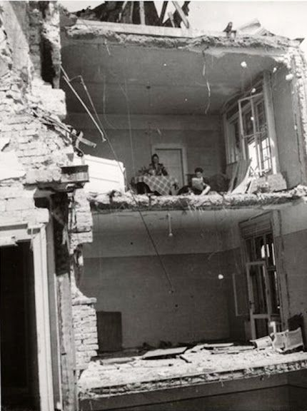 Ebéd után a romos erkélyen, 1945.