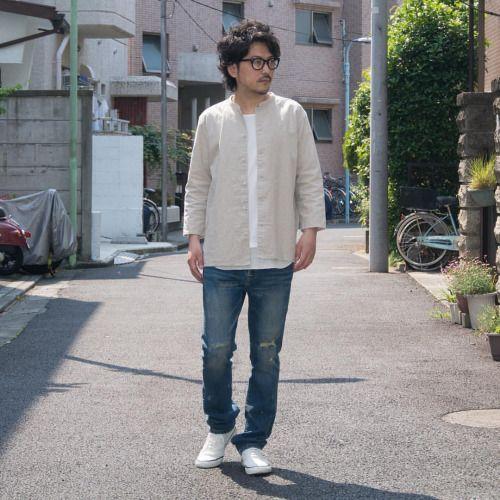 """夏にも羽織れる素材と袖丈を持つジャケット。 [AUD1804] http://www.aud-inc.com/product/2432 綿麻を用いた涼しげな素材感にクォータースリーブ、気温の上昇と共に重ね着を避けられる方にもオススメの1着。 低めのスタンドカラーの""""マオカラー""""を特徴に、ボディに馴染んだカラーのボタン、フロントにはポケット等は廃せずスッキリとした印象に。 前後での着丈の違いやサイドスリットとシンプルでいてディテールの差し引きが映えるジャケットです! インナーには上品な質感のコーマ天竺に同系色でワッフル素材のタンクトップを重ね着した様なカットソーを合わせ、 かさばらずにレイヤード感を楽しめるトップスコーディネイト! Inner [AUD1778] http://www.aud-inc.com/product/2426 Bottoms [AUD3063] http://www.aud-inc.com/product/590"""