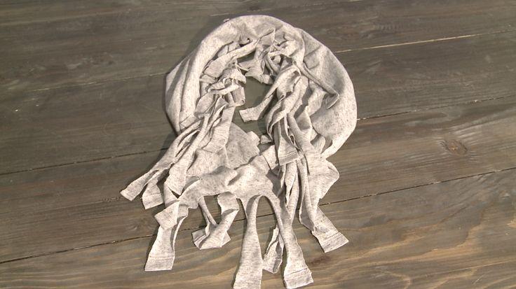 Deze coole sjaal kun je ook heel gemakkelijk zelf maken! Hoe? Check het op de website: http://www.eo.nl/tv/hip-voor-nop/item/artikel/tutorial-sjaal-met-franjes/