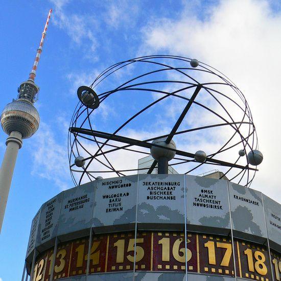 Weltzeituhr mit Fernsehturm am Alexanderplatz, Berlin