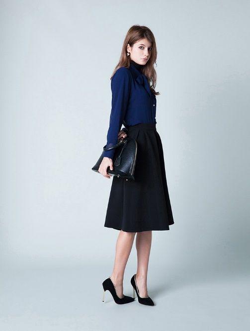 ⑦ブルーシャツ×黒のミモレ丈スカート