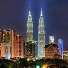 Kuala Lumpur  capital de Malasia, es mundialmente conocida por sus famosas torres Petronas, imponente construcción de aspecto futurista que se eleva por sobre toda la ciudad hasta los 452 metros.En los orígenes de la ciudad, nadie hubiese imaginado que llegaría un día a ser lo que es actualmente. Todo comenzó en 1857 con la llegada de expertos mineros chinos, que fueron a la región y encontraron importantes yacimientos de estaño. Decidieron instalarse en las cercanías de estos yacimientos,