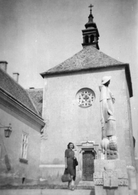 Arany János utca, Szent Anna-kápolna, előtte Kálmáncsehi Domonkos prépost szobra (Ohmann Béla, 1938.).