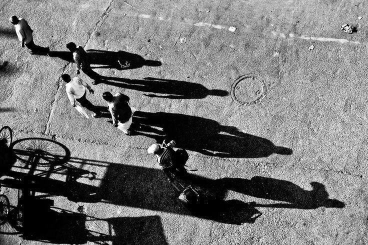 Reisfotografie straatfotografie zwart-wit schaduw India Rajashtan. Foto door Marijke Krekels fotografie