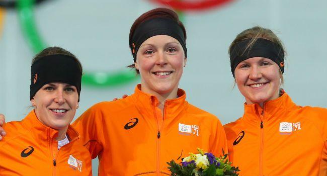 En wéér kleurt het hele Olympische podium oranje: goud voor Jorien ter Mors, zilver voor Ireen Wust en brons voor Lotte van Beek op de 1500 meter schaatsen!