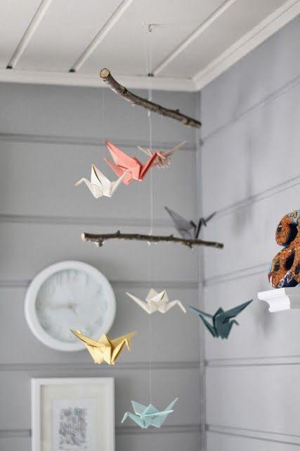 Suspension branche de bois brut et origami oiseaux