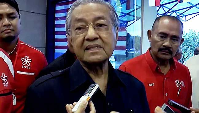Mahathir: Umno song in school like a country under dictatorship   PETALING JAYA: Dr Mahathir Mohamad today compared the act of a national school in Putrajaya which allegedly made its pupils sing the Umno party song with that of a country that practises dictatorship.  And now it has spread to Malaysia the Pakatan Harapan (PH) chairman told reporters when met at the PPBM headquarters this evening.  The former prime minister said in his 22 years as Umno president he had never resorted to such…