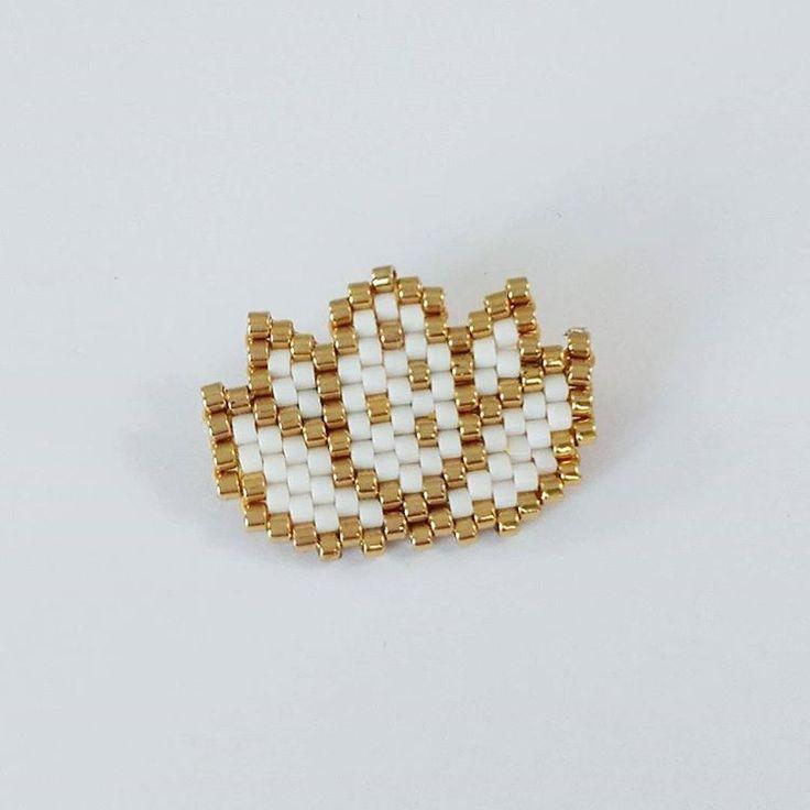 Pour ce premier article, je vous propose un de mes diagrammes. Inspiration zen pour ce tissage ! Voici la grille au format PDF de ce petit lotus, tissé en brick stitch avec des perles Miyuki .