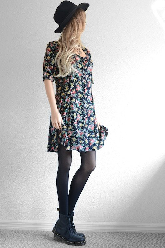 Robe imprimé fleuri + collants noirs + bottines bleu marine