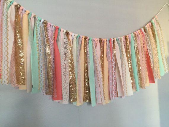 Koraal, Peach, Mint, roze & goud pailletten stof garland banner. Heen en weer geslingerd en rag tied - randen zijn bedoeld om rafelen. Perfect voor accenting ceremonie stadium, taart tafel, deuropeningen, drape tussen bomen of gebruiken als de achtergrond voor uw foto-stand. Beursgenoteerde garland is standaard: 36 breed X 15 long/hoogte Andere garland-toepassingen: Speciale evenementen - bruids douche, babydouche, verjaardagsfeestjes, afstudeerders, pensioen partijen, engagement ...