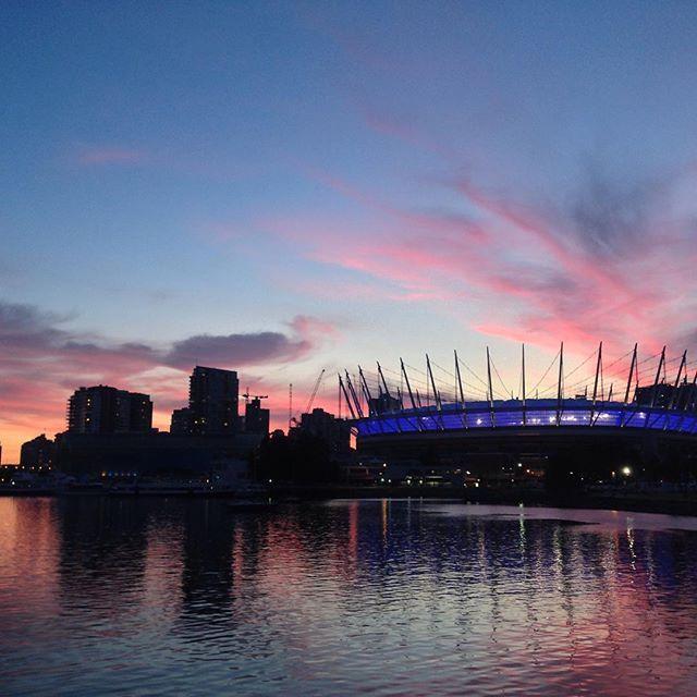 Magic hour... #nofilter #vancouverisawesome #sunset #sky #beauty #sooooopretty    #Regram via @elika.in.love