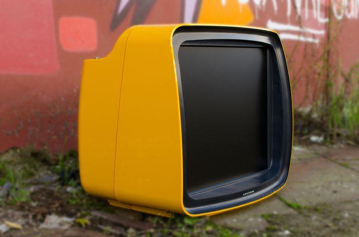 17'' LCD, SCART, S-Video, composite AV, VGA, slot-in DVD-Player