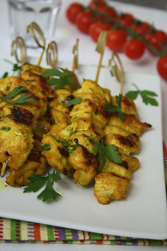 Brochettes de poulet au fromage blanc et curry (gingembre, coriandre, curcuma)