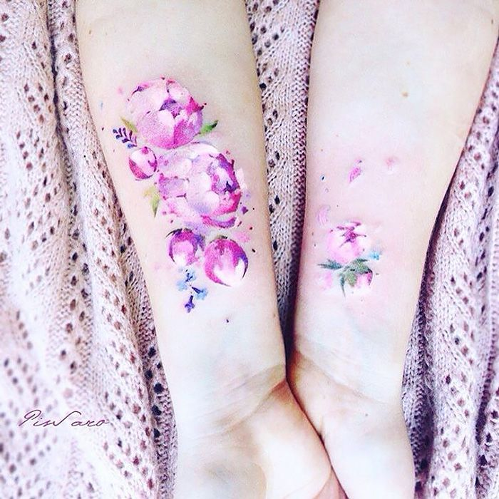 """De tatoeages die Pis (hehehe) zet hebben prachtige kleuren en zijn zowel voor vrouwen als voor mannen. Sommige afgebeelde planten en bloemen zijn zelfs niet te onderscheiden van de echte versie. Pis zegt zelf dat de sfeer van haar werken verandert met de seizoenen, dit doen planten immers ook: """"The mood of my art changes […]"""