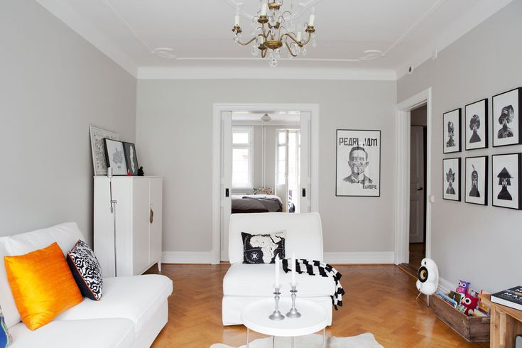 Paredes grises, muebles blancos, suelo de madera