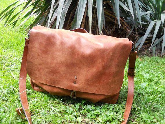 Bellissima borsa a tracolla con pellame lavorato in modo tale da sembrare usurato, nata per l'uomo ma ormai molto apprezzata e usata dalle donne. Variante color Cuoio.