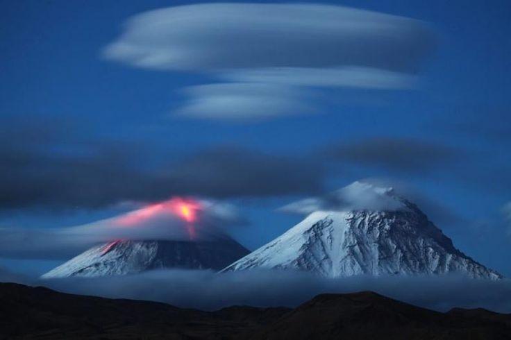 """Gunung Klyuchevskaya di Rusia Lontarkan Abu Setinggi 6.000 Meter  Konfrontasi -Aktivitas Gunung Klyuchevskaya di Kamchatka wilayah nagian timur Rusia kembali intensif kata Badan Geofisika Akademi Ilmu Pengetahuan Rusia kepada TASS Kamis (17/11/2016).  """"Di pagi hari gunung berapi Klyuchevskaya memuntahkan abu sampai enam kilometer di atas permukaan laut. Kejadian ini dilihat oleh satelit bahwa gunung berapi ditutupi awan. Kemudian lereng gunung berapi menjadi terlihat dan kita bisa melihat…"""