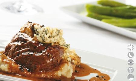 Steak pimienta con queso roquefort.