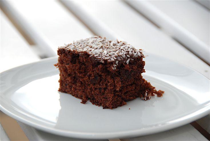En dejlig og hurtig chokoladekage i ovn eller grill, og den smager fantastisk med kakaoglasur og kokos. Foto: Guffeliguf.dk.