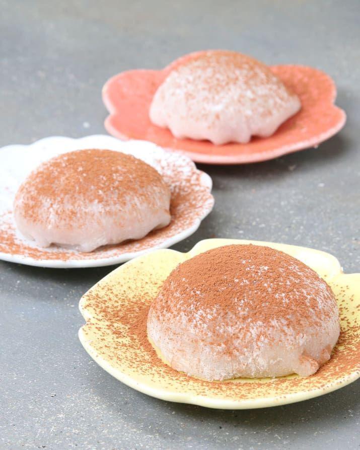 12個分材料:<求肥>白玉粉 150g 上白糖 100g 水 200ml 片栗粉 適量<チョコクリーム>生クリーム 200ml 栗の甘露煮シロップ 大さじ1ココアパウダー 大さじ2栗の甘露煮(角切り)4個 クッキー 12枚ココアパウダー(仕上げ用)適量作り方1.求肥を作る。耐熱ボウルに白玉粉、上白糖、水を入れてヘラで混ぜる。2.ラップをかけて、500Wの電子レンジで3分加熱し、ヘラでよく混ぜる。縁から固まるので、剥がすように、透明感が出るまで混ぜる。3.まな板に片栗粉をまんべんなくふり、(2)が熱いうちにめん棒で厚さ約1cmに伸ばし、冷ます。4.チョコクリームを作る。ボウルに生クリーム、栗の甘露煮シロップ、ココアパウダーを入れ、泡立て器で角が立つまで泡立てる。角切りにした栗の甘露煮を入れ、ヘラで混ぜ込む。5.(3)の求肥を12等分に切る。6.クッキーの上に(4)のチョコクリームをスプーンでのせる。求肥をかぶせて包み、ココアパウダーを振りかけたら、完成!