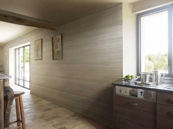du lambris pvc aspect lambris bois clair dans une cuisine ouverte