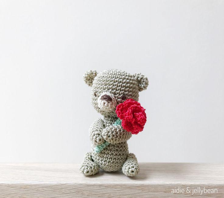 WINZIGE CROCHET AMIGURUMI BÄR HÄLT EINE ROSE-  Tolles Geschenk für:  * Geburtstag * Valentinstag * Zum Muttertag * Jubiläum * Weihnachten * Besondere Anlässe!  Ein sehr kleines Amigurumi Bär mit Mercer Baumwolle und 1,5 mm Haken gemacht. Eine Palm-Größe tragen das Licht den Raum, wo Sie ihn nehmen. Ein schönes Geschenk zu machen und natürlich perfekt, um für sich selbst behalten würde!  Der Bär ist aus Mercer Baumwolle hergestellt und gefüllt mit Polyester Füllwatten. Alle Teile sind…
