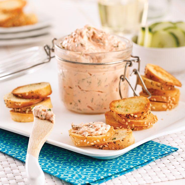 Présentée dans un pot Mason, cette tartinade au saumon fumé est idéale pour les lunchs, pour un potluck ou pour offrir en cadeau!
