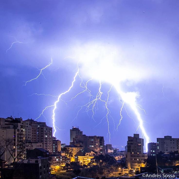 Ya que las tormentas eléctricas no son tan común, aqui les va una foto de un rayo. jajaja.
