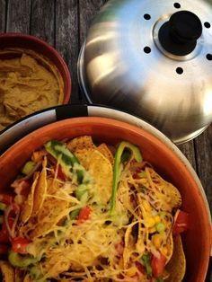 Lekker als snack of voorafje, nacho's met gesmolten kaas en zelfgemaakte guacomole van de Cobb BBQ.