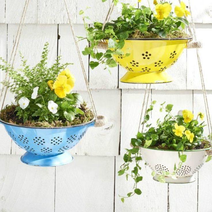 Κρεμάστε στην κουζίνα μερικά σουρωτήρια στα οποία θα έχετε προηγουμένως φυτέψει όμορφα λουλούδια.