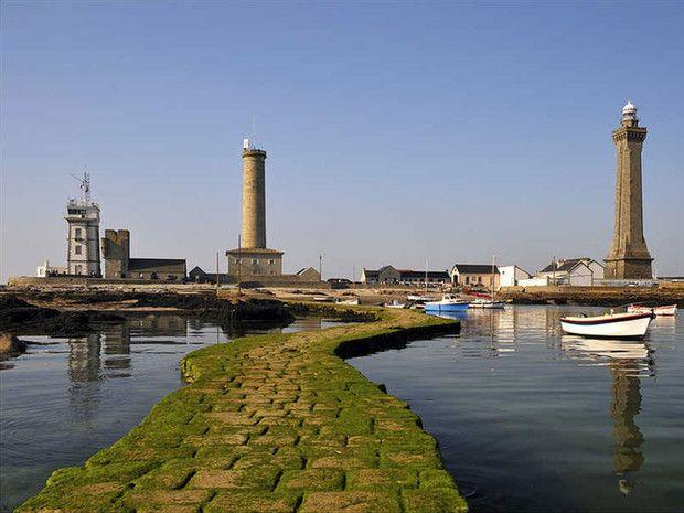 Le phare d'Eckmühl, à la pointe de Penmarc'h, signale l'entrée dans la baie d'Audierne, dans le Finistère, en Bretagne (France).