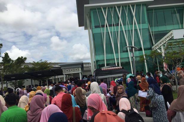 Expo Kerjaya sia-sia: Beratur 2 jam kena beli pula borang RM10 setiap satu 5 borang kena beli sekurang-kurangnya   Logiknya expo kerjaya akan menawarkan pelbagai peluang pekerjaan. Namun lain pula ceritanya apabila seorang gadis mendedahkan pengalamannya umpama indah khabar dari rupa ketika bersama ribuan pengunjung ke Expo Kerjaya Terbesar Zon Utara 2017 di sebuah hotel di Alor Setar Kedah pada Sabtu.  Gadis yang hanya ingin dikenali sebagai Awin mendakwa kunjungannya ke expo kerjaya yang…