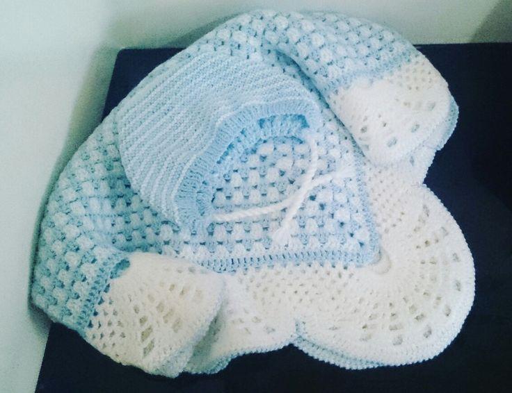 Вязанное одеяло для малыша с чепчиком. Размер одеяла 120*120 см. Принимаю заказы на вязанные одеяла для младенцев ( спицы,крючок) любой цветовой гаммы. Звоните 8-90000-128-18. Доставка по всей России.