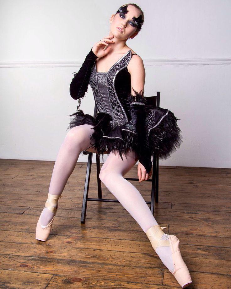Тема балета, наверное, ни когда не потеряет своей актуальности среди фотографов и их моделей. Трогательный и грациозный образ балерины воплотить может практически любая девушка, примерив пачку и пуанты.  Стоять на пуантах пару секунд для кадра не так уж и сложно, они со специальной вкладкой, попробуйте сами!  Фотосессия в стиле балерины практически не требует реквизита, тоже плюс.... кто загорелся идеей такой фотосессии читайте нашу статью на сайте или приезжайте прямо к нам в…