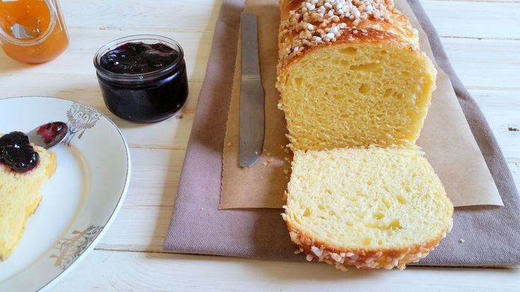Brioches au sucre perlé - Le Coin Cuisine ... / French brioche topped with sugar, sweet, light and buttery for breakfast (in French)