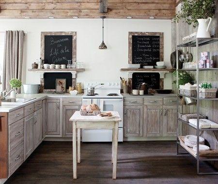 Une cuisine ouverte rustique / armoires