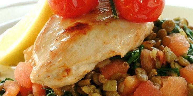 Kyllingfilet på linse- og spinatseng - En mettende, men mager kyllingrett med linser og spinat.