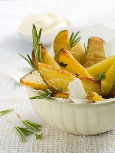 Печеный молодой картофель с розмарином и черным перцем