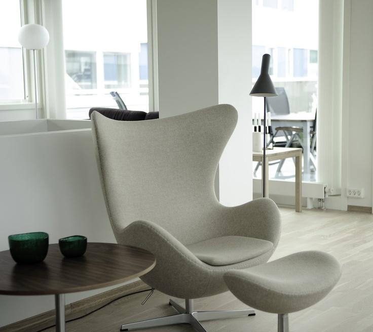 Кресло и оттоманка Egg.  Напольный светильник AJ. ARNE JACOBSEN
