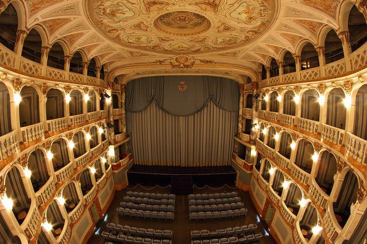 Un piccolo gioiello maceratese: il teatro Lauro Rossi