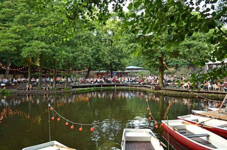 Schöne Biergärten gibt' nur in Süddeutschland? Quatsch! Das CAFE AM NEUEN SEE, mitten im Tiergarten gelegen, ist doch der beste Beweis ... unter hohen Bäumen lässt sich hier direkt am Ufer herrlich die Seele baumeln.  Obendrein gibt's einen Ruderboots-Verleih. Bei schlechtem Wetter bietet das Restaurant Schutz. www.cafeamneuensee.de