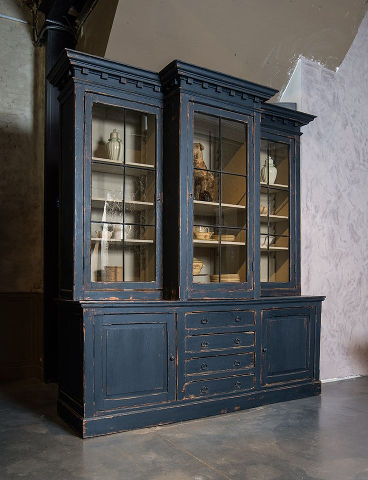 Authentieke breakfront kast met donkerblauwe patine - Authentic breakfront cabinet - Dark blue patine - #WoonTheater