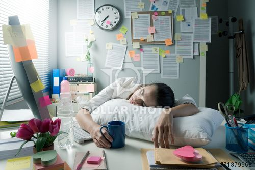 https://pl.dollarphotoclub.com/stock-photo/Tired businesswoman waking up in office/71379968Dollar Photo Club - miliony zdjęć stockowych w cenie 1$ każde
