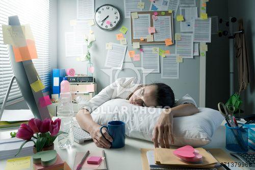 https://pl.dollarphotoclub.com/stock-photo/Tired businesswoman waking up in office/71379968Dollar Photo Club - miliony zdjęć stockowych w cenie 1$ każde