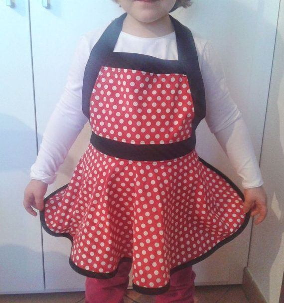 I made this beautiful and retrò apron using 100% cotton fabrics. It is a classic 50s style, very cute and perfect for the little girls!  This apron
