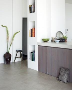 Vinyl vloer van Novilon en VT Wonen. De lichte betonlook en zachte glans van deze vloer passen perfect in dit interieur en geven de keuken een rustige, maar bijzondere uitstraling. Een vinyl vloer is, mede door het gemakkelijk onderhoud, uitermate geschikt om in de keuken te leggen. Deze vloer in de kleur Beton II komt uit de VT Wonen collectie van Novilon. Naast deze kleur, zijn er nog 15 andere kleuren in voornamelijk vergrijsde / whitewash tinten. Novilon