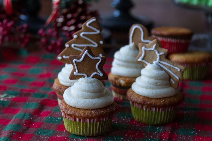 Cupcakes βανίλιας με βουτυρόκρεμα από τον Άκη. Χριστουγεννιάτικη συνταγή για cupcakes με βουτυρόκρεμα. Διακοσμήστε με μαρέγκες και μπισκότα.