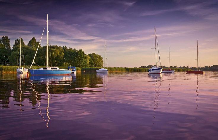 Inspiracje na prezenty ślubne pełne emocji - romantyczny rejs po Mazurach dla Dwojga - wyjątkowy czas w polskiej krainie jezior to idealne rozwiązanie na miodowy miesiąc dla Nowożeńców.